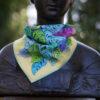 Foulard bandana en soie roulotté main feuillages bleu/vert sur fond jaune poussin plus une feuille rose tyrien